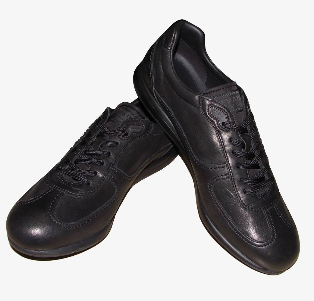 Many cross-training shoes have leather uppers. Some uppers combine leather and lightweight, breathable, synthetic mesh. All-leather cross trainers provide greater stability but are less breathable than those that feature mesh.